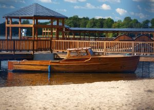 Zabytkowa taksówka wodna rozpoczyna kursy po jeziorze Trzesiecko w Szczecinku