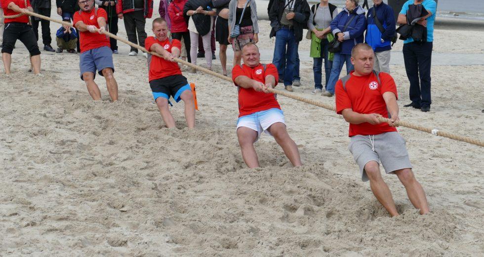 Turniej w przeciąganiu liny na plaży. Drużyny walczyły o Puchar Prezydenta miasta Kołobrzeg