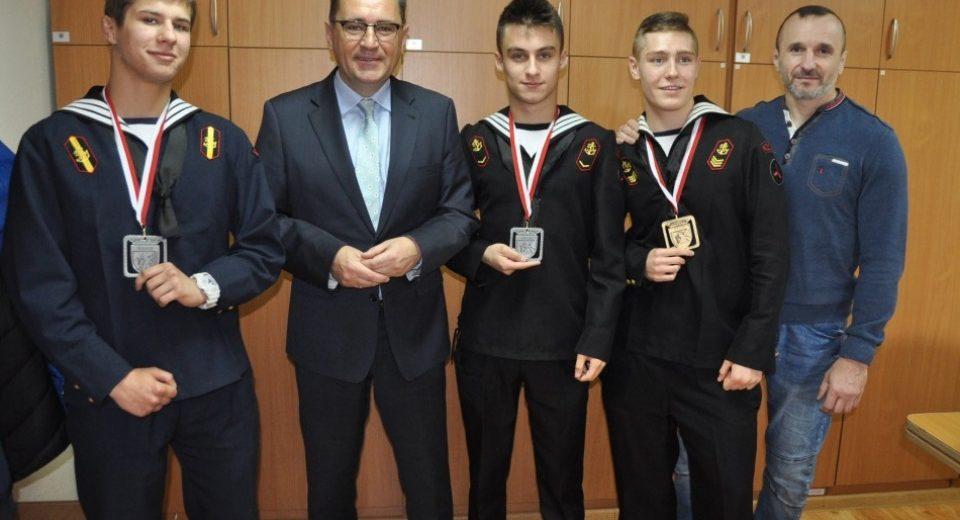 Medaliści Mistrzostw Europy w  jiu jitsu odebrali gratulacje od Starosty Kołobrzeskiego