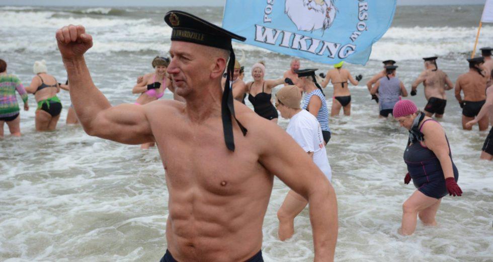 Kąpiel Morsów na geograficznym środku wybrzeża polskiego