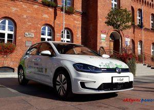 Ekologiczny VW Golf stanął przed szczecineckim ratuszem.