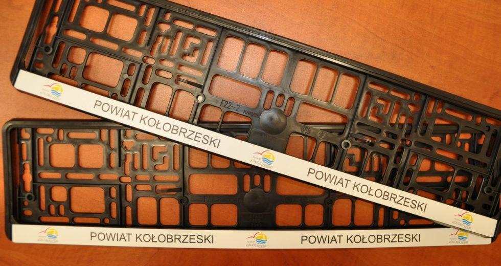 Darmowe ramki na tablice rejestracyjne z logo powiatu kołobrzeskiego
