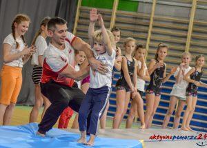 Olimpijczycy poprowadzili warsztaty gimnastyczne.