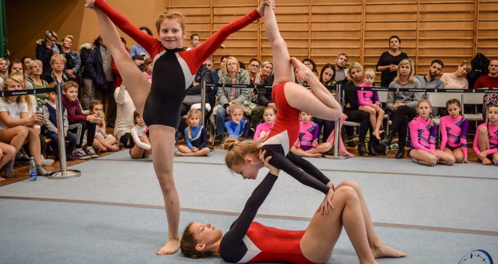 Młode talenty rywalizowały na planszy akrobatycznej.