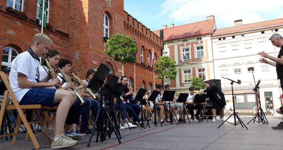 Międzynarodowa orkiestra saksofonowa zagrała przed ratuszem